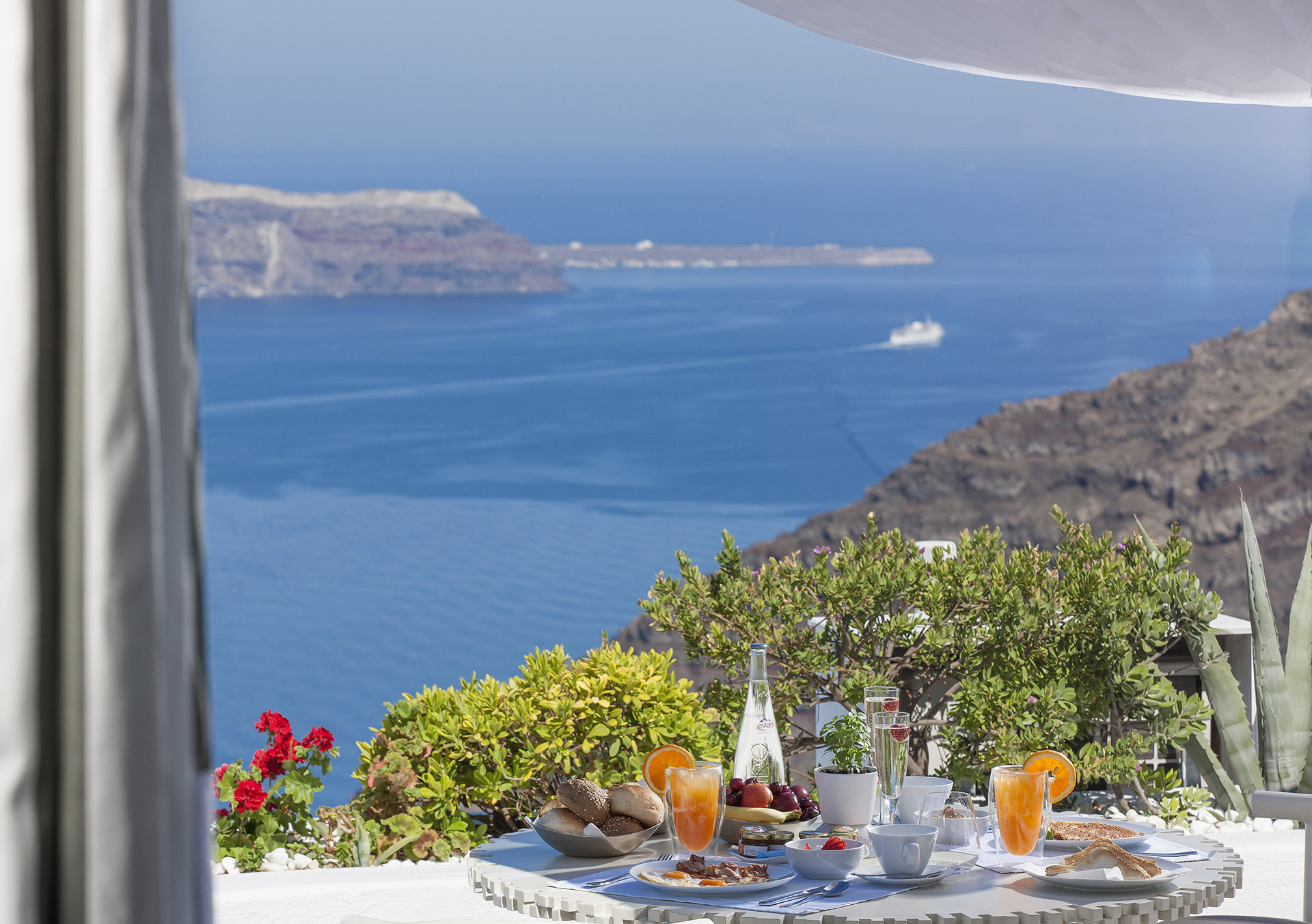 TRADITIONAL SUITE WITH OUTDOOR JACUZZI AND CALDERA VIEW